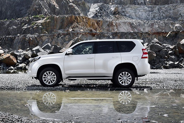2020 Toyota Land Cruiser Prado side view